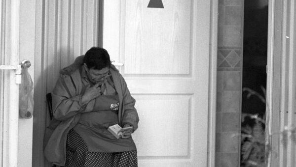 Женщина, принимающая плату за вход в общественный туалет на Гоголевском бульваре, сидит на своём рабочем месте