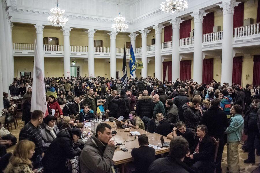 Участники акций сторонников евроинтеграции в захваченном здании киевской городской Рады