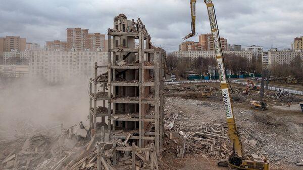 Снос недостроенного здания больницы на Клинской улице в Москве. 21 ноября 2018