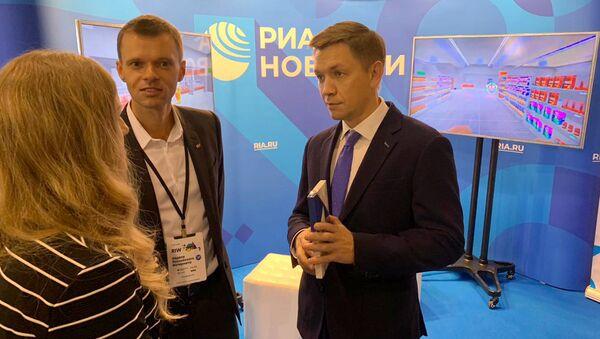 Глава Минкомсвязи Константин Носков ознакомился с социальным VR-проектом РИА Новости Механика аутизма на Неделе российского интернета RIW-2018