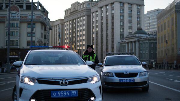 Сотрудники ДПС у здания Госдумы на Охотном ряду в Москве