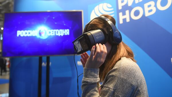 Очки виртуальной реальности Samsung Gear VR в мультимедийной презентационной зоне RIA.RU на RIW-2018