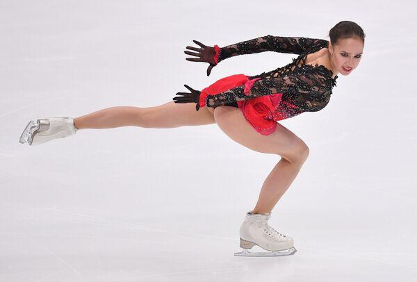 Алина Загитова (Россия) выступает в произвольной программе женского одиночного катания V этапа Гран-при по фигурному катанию в Москве