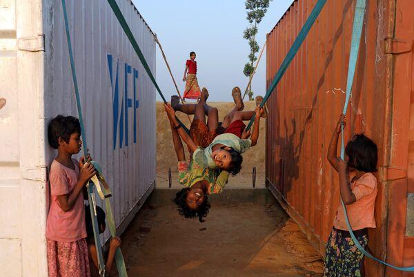 Дети играют в лагере для беженцев в городе Кокс-Базар, Бангладеш