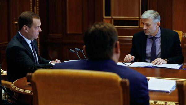 Председатель правительства РФ Дмитрий Медведев и министр транспорта РФ Евгений Дитрих проводит совещание о цифровой трансформации транспортного комплекса. 23 ноября 2018
