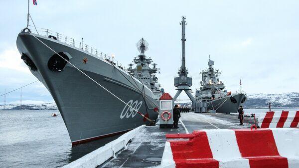 Тяжелый атомный ракетный крейсер Петр Великий (слева) и ракетный крейсер Маршал Устинов на причале Северного флота РФ в Североморске. Архивное фото