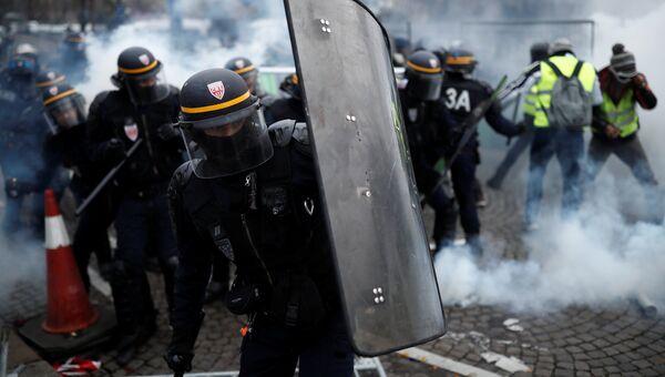 Сотрудники полиции  во время акции Желтые жилеты в Париже. 24 ноября 2018