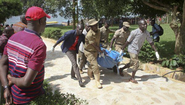 Полиция на месте крушения судна на озере Виктория в Уганде. 25 ноября 2018