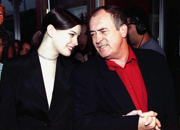 Актриса Лив Тайлер и режиссер Бернардо Бертолуччи на премьере фильма Ускользающая красота. 1996 год