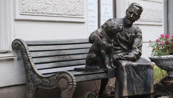 Памятник героям фильма Собачье сердце работы скульптора Игоря Сенина, открытый на Моховой улице в Санкт-Петербурге в честь 30-летнего юбилея кинофильма. 26 ноября 2018