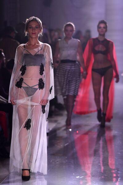 Модели демонстрируют одежду из новой коллекции Полет Амура дизайнера  Зульфии Шарофеевой c471091575b