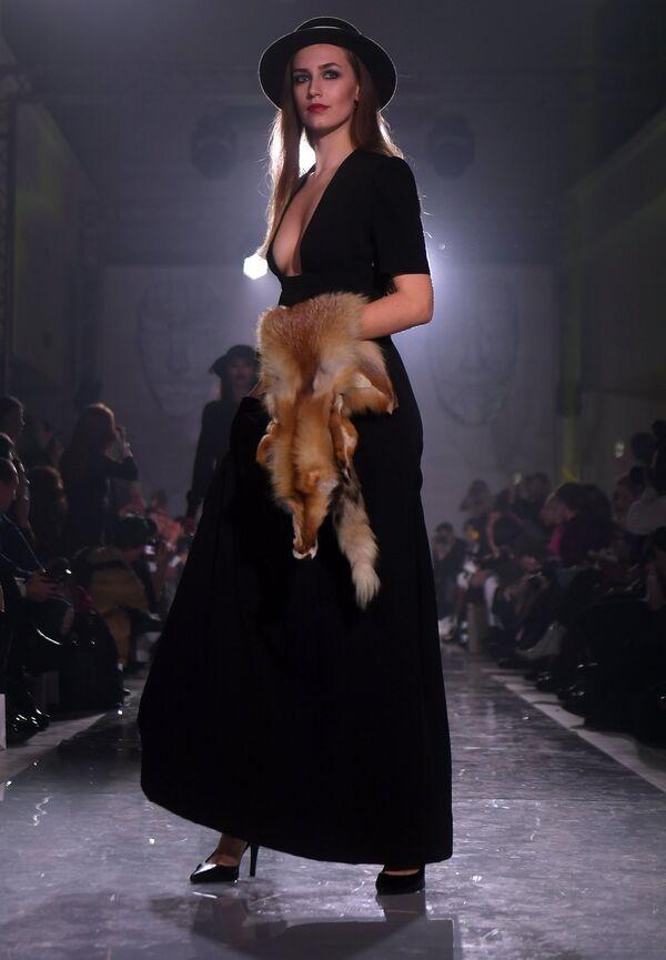 Модель демонстрирует одежду из новой коллекции Дыхание Парижа дизайнера Viktoria Fleur