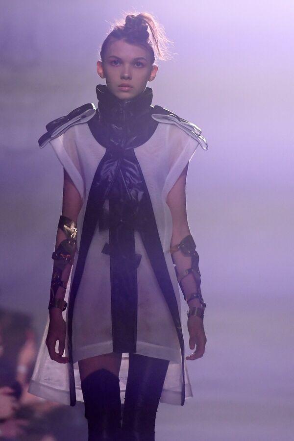 Модель демонстрирует одежду из новой коллекции Третий круг дизайнера Юлии Косяк