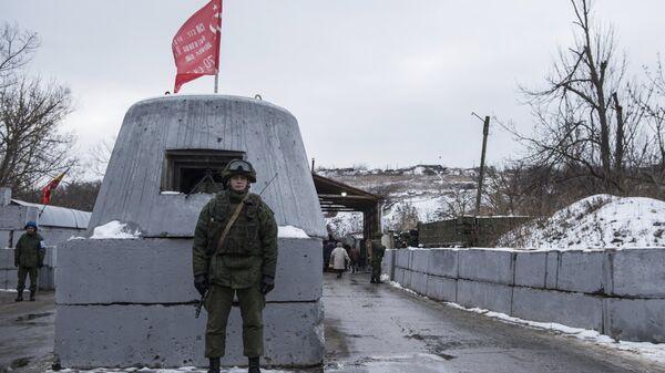 На контрольно-пропускном пункте в районе Станицы Луганской. Архивное фото