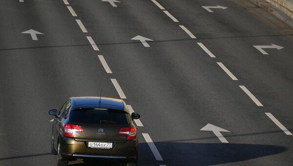 Автомобиль на улице в Москве.