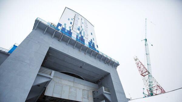 Мобильная башня обслуживания на стартовом столе космодрома Восточный