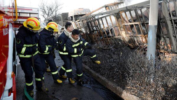 Пожарные на месте взрыва в китайском городе Чжанцзякоу провинции Хэбэй. 28 ноября 2018