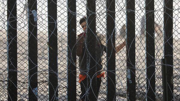 Мигрант на границе Мексики и США. Архивное фото