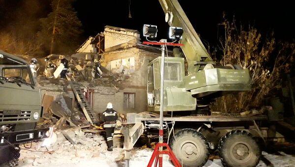 Сотрудники МЧС РФ во время ликвидации последствий взрыва бытового газа в населённом пункте Барсово Киржачского района. 29 ноября 2018