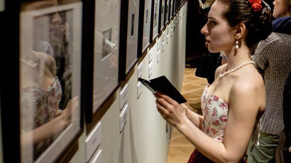 Посетительница знакомится с экспозицией на выставке, посвященной художнице Фриде Кало, в музее Фаберже в Санкт-Петербурге