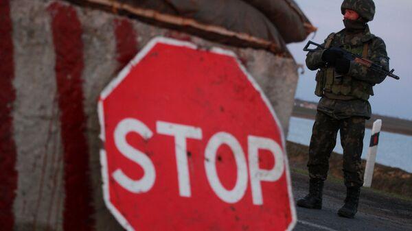 Украинский военный на контрольно-пропускном пункте. Архивное фото
