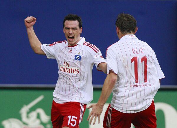 Игроки Гамбурга Петр Троховски (слева) и Ивица Олич празднуют гол в ворота Шальке в матче чемпионата Германии