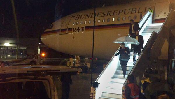 Канцлер Германии Ангела Меркель выходит из лайнера А340 Конрад Аденауэр в Кельне. 29 ноября 2018