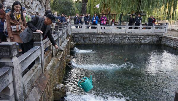 Горожане набирают воду в источниках в парке Цзинаня (Китай)