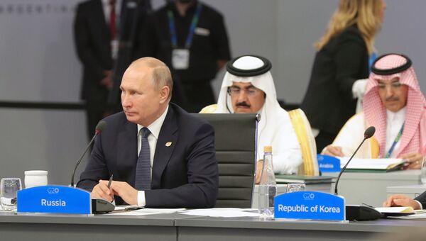 Президент РФ Владимир Путин во время беседы глав делегаций государств-участников Группы двадцати на саммите G20. 30 ноября 2018