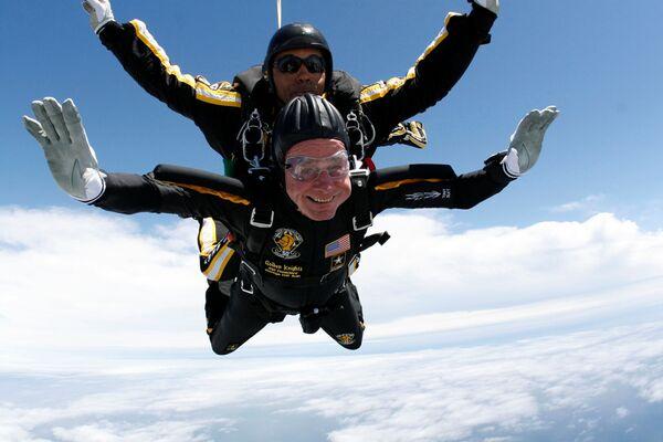 Бывший президент США Джордж Г. У. Буш совершает прыжок с парашютной командой Золотой рыцарь отмечая день своего 85-летия. 12 июня 2018