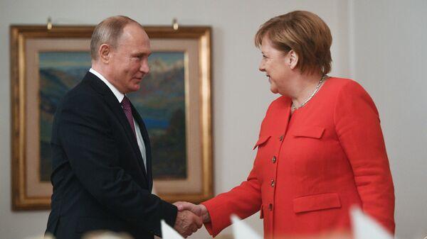 Президент РФ Владимир Путин и канцлер ФРГ Ангела Меркель во время встречи на полях саммита Группы двадцати в Буэнос-Айресе. 1 декабря 2018