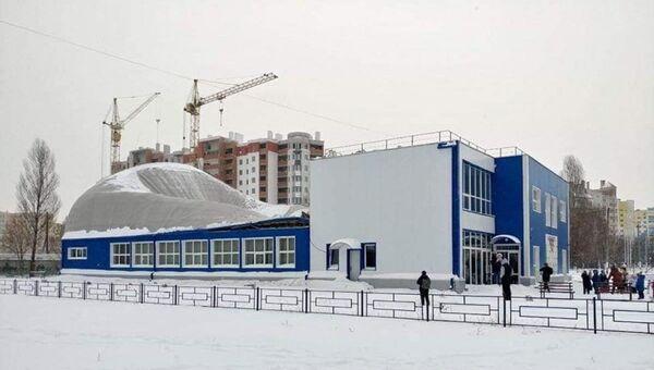 Частичное обрушение крыши спорткомплекса Фаворит в Киевской области