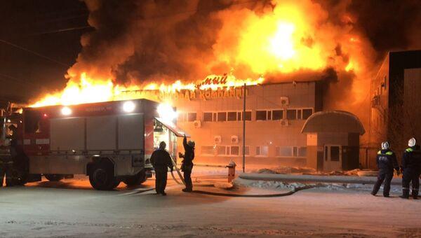 Пожар в здании складского помещения с мебелью в Нижневартовске. 1 декабря 2018