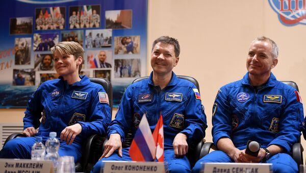 Члены основного экипажа МКС-58/59 на пресс-конференции перед стартом ракеты-носителя Союз-ФГ. 2 декабря 2018