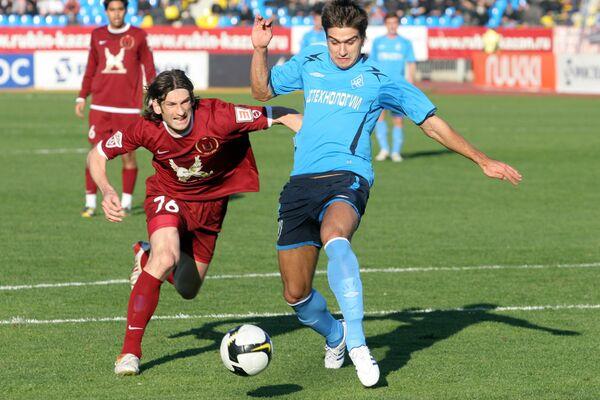 Форвард «Крыльев» Евгений Савин (справа) уходит от защитника «Рубина» Романа Шаронова.