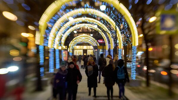 Новогодняя иллюминация на Большой Конюшенной улице в Санкт-Петербурге
