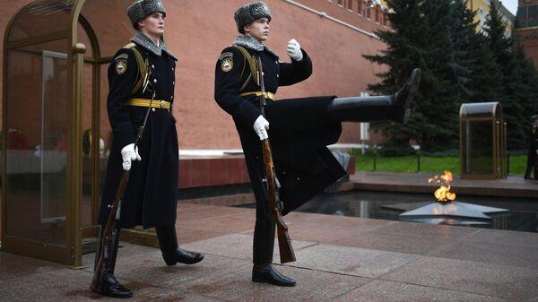 Военнослужащие роты почетного караула Президентского полка РФ у Вечного огня на Могиле Неизвестного Солдата