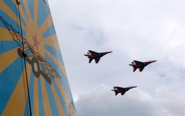 Тренировочный полёт эскадрилий Русские Витязи и Стрижи на аэродроме в Кубинке