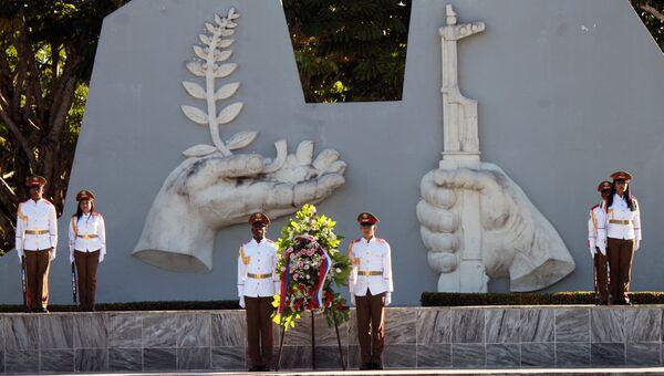 Церемония у мемориала советских воинов-интернационалистов рядом с Гаваной, приуроченная к Дню неизвестного солдата