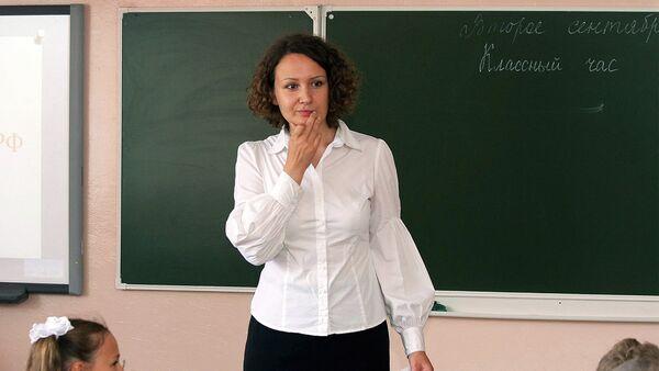 Учительница на уроке около доски