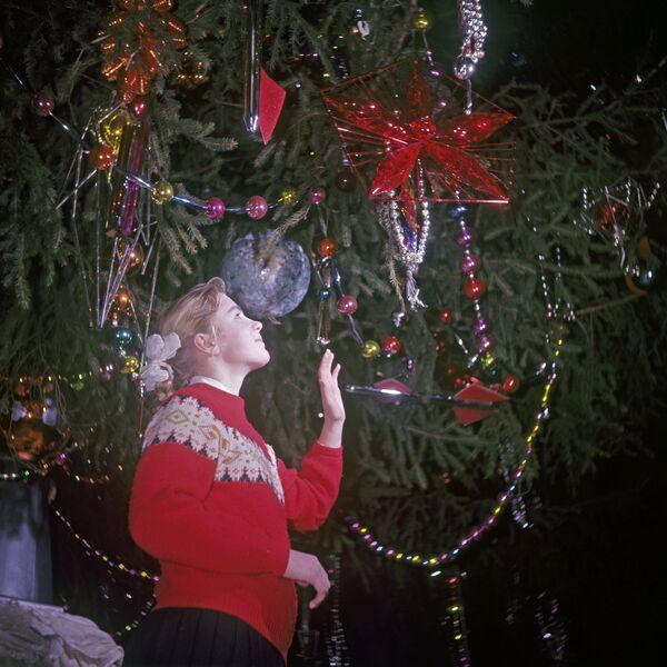 Девочка на новогодней елке, проходящей в Георгиевском зале Большого Кремлевского дворца