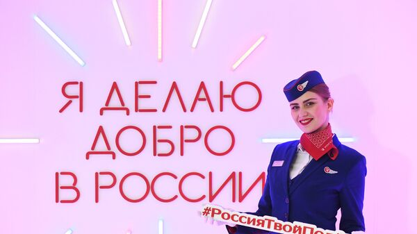 Бортпроводница авиакомпании Россия во время акции Я делаю добро в России в терминале D аэропорта Шереметьево в Национальный день добровольца