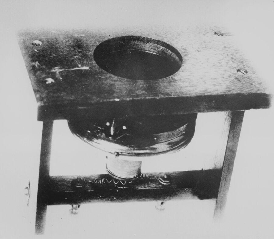 Первый  в мире телефон, запатентованный в 1876 году Александром Грейамом Беллом