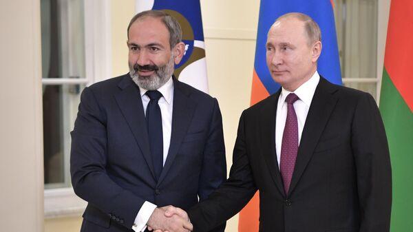 Владимир Путин и исполняющий обязанности премьер-министра Армении Никол Пашинян перед заседанием Высшего Евразийского экономического совета