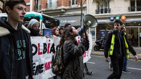 Акции протеста «жёлтых жилетов» в Париже: Полиция применила слезоточивый газ против митингующих