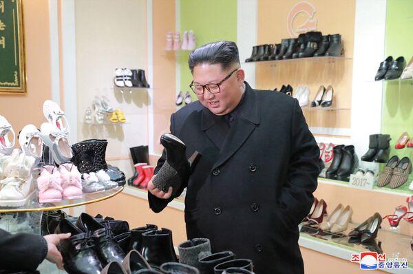 Лидер КНДР Ким Чен Ын на обувной фабрике в Вонсане. 2 декабря 2018