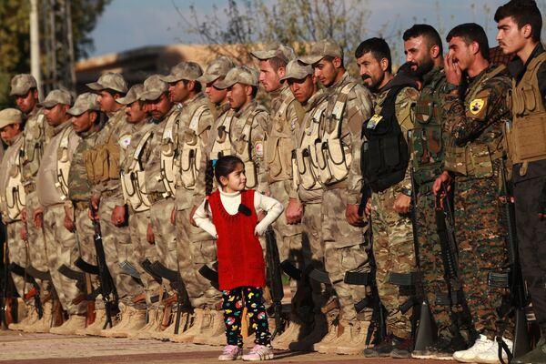 Бойцы Сирийских Демократических сил на похоронах товарища бойца