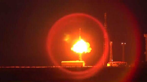 Запуск межконтинентальной баллистической ракеты РС-12М Тополь с полигона Капустин Яр в Астраханской области