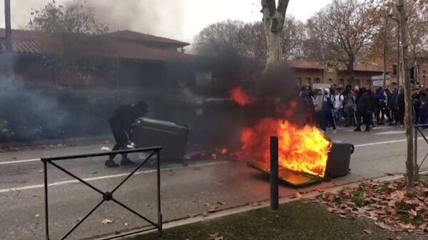 Столкновения с полицией и поджоги. Кадры беспорядков во Франции