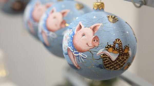 Игрушки, посвященные году свиньи на фабрике елочных украшений Ариэль